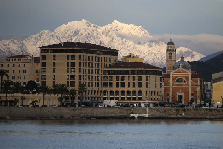 Notre-Dame-de-l'Assomption et le Mont d'Oro recouverts par la neige à Ajaccio le 8 janvier 2021