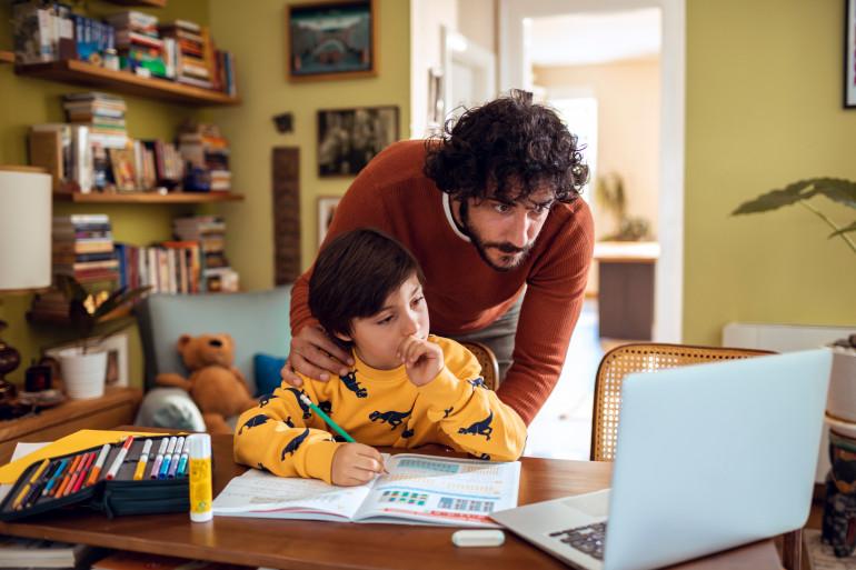 Un homme et un enfant sur un ordinateur