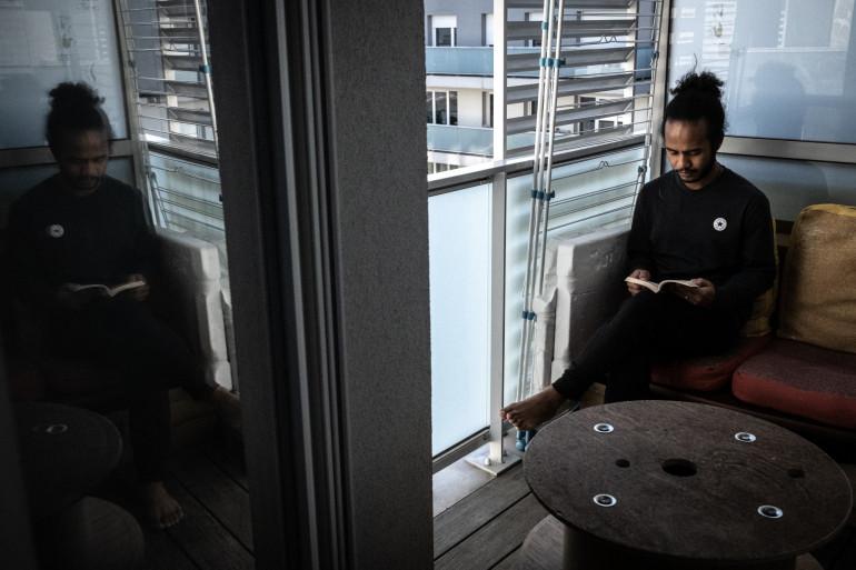 Un étudiant lit un livre dans son appartement de Bron, le 25 novembre 2020