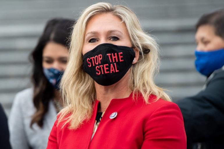 """Marjorie Taylor Greene arborant un masque avec l'inscription """"stop the steal"""", slogan des pro-Trump persuadés que l'élection américaine a été truquée."""