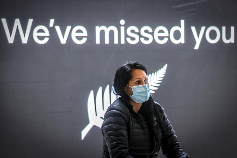 Un passager portant un masque arrive de Nouvelle-Zélande à l'aéroport international de Sydney, le 16 octobre 2020.