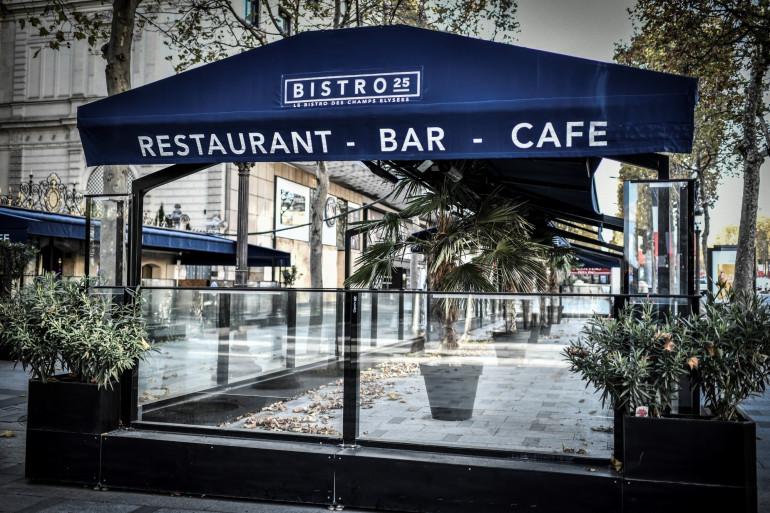 La terrasse vide d'un restaurant fermé sur l'avenue des Champs-Elysées à Paris, le 12 novembre 2020 (illustration).