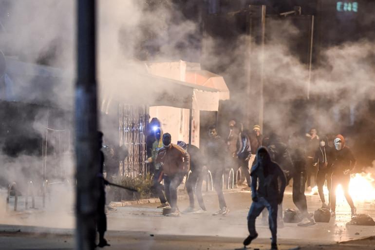 Des violences ont éclaté dans plusieurs villes de Tunisie dans la nuit du dimanche 17 au lundi 18 janvier.