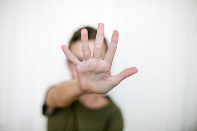 Une ligne d'écoute est lancée ce mardi pour recueillir la parole d'anciennes victimes de violences sexuelles dans l'enfance. Disponible au 0805 802 804, cette plateforme a pour objectif de libérer la parole mais aussi de définir de nouveaux outils pour pr