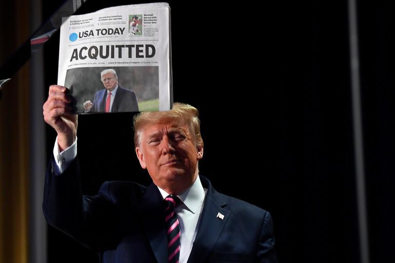 """Donald Trump brandissant la Une de USA Today : """"Acquitté"""", le 5 février 2020"""