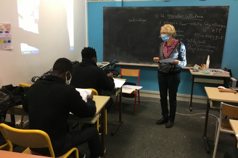 """Des mineurs, migrants isolés, reçoivent des cours par une bénévole de l'association """"École des sans École"""""""