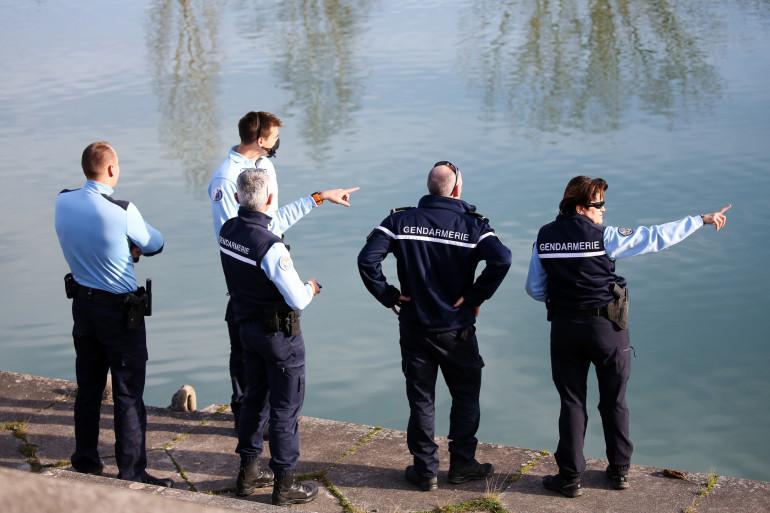 """Des gendarmes inspectent """"L'Endrevie"""" à Blaye-les-Mines, le 22 décembre 2020, à la recherche de Delphine Jubillar."""