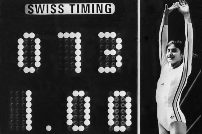 La championne roumaine Nadia Comaneci, âgée de 14 ans, jubile lorsque le tableau d'affichage indique le score parfait de 10 lors des Jeux Olympiques du 19 juillet 1976 à Montréal