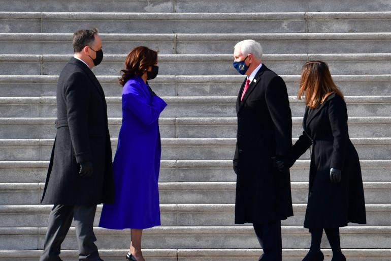 Kamala Harris, Mike Pence et leurs conjoints ont échangé quelques mots et des rires après la cérémonie