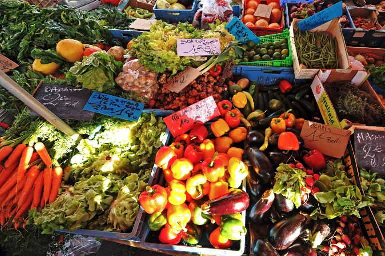 Un stand de fruits et légumes frais dans un marché (illustration)