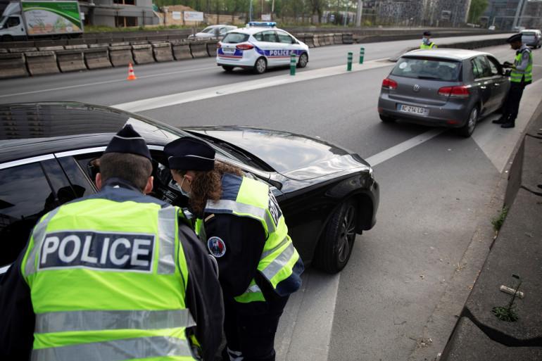 La police française effectue un contrôle routier dans le cadre de l'épidémie de coronavirus (illustration).