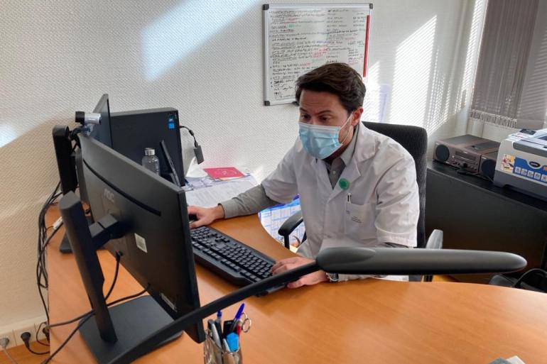 Cédric Annweiler, chef de service gériatrie au CHU d'Angers, coordonne les essais cliniques des effets de la vitamine D sur les patients atteints d'une forme grave de coronavirus dans 10 hôpitaux français.