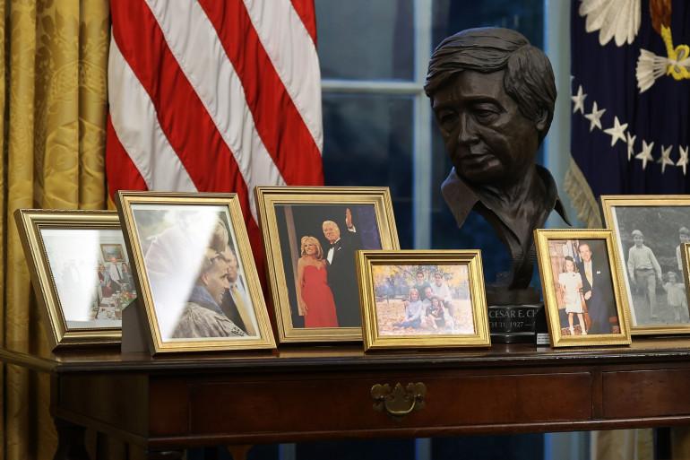 Joe Biden a ajouté des photos de famille et un buste en bronze de Cesar Chávez derrière le Resolute desk, dans le Bureau ovale, à la Maison-Blanche.