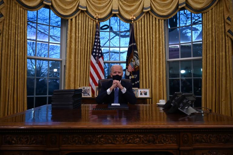 Joe Biden a choisi les mêmes rideaux dorés que Bill Clinton, et a également installé le même tapis bleu foncé au centre du Bureau ovale.