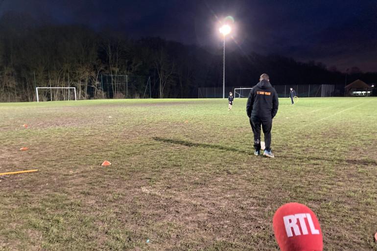 Sur la pelouse du club de foot de Saint-Vrain