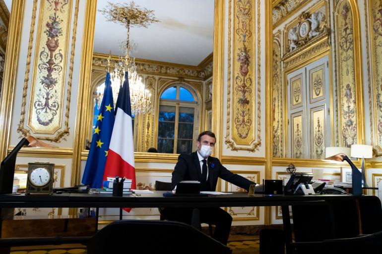 Le président Emmanuel Macron prend la parole au téléphone pour féliciter le président élu américain Joe Biden, à l'Elysée à Paris, le 10 novembre 2020.