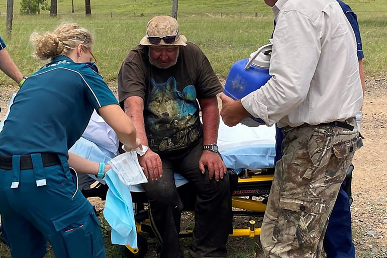 Des ambulanciers prennent en charge Robert Weber qui a disparu pendant plus de deux semaines dans le bush australien.