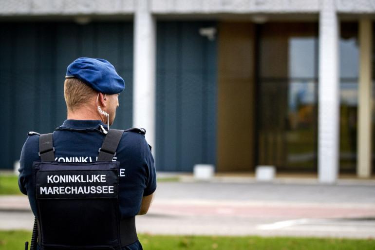 Un policier à l'aéroport de Schipol