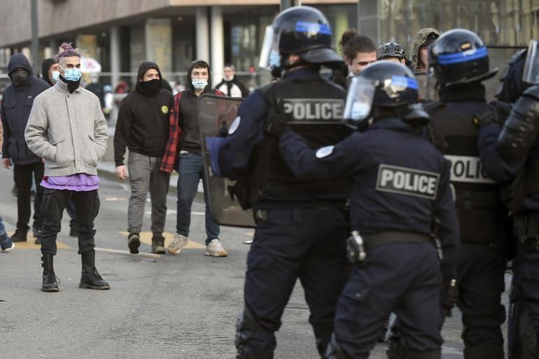 Des manifestants font face à des policiers lors d'une manifestation de soutien aux organisateurs d'une rave illégale du Nouvel An qui a vu 2 400 personnes défier les règles du virus à Rennes, dans l'ouest de la France, le 23 janvier 2021.