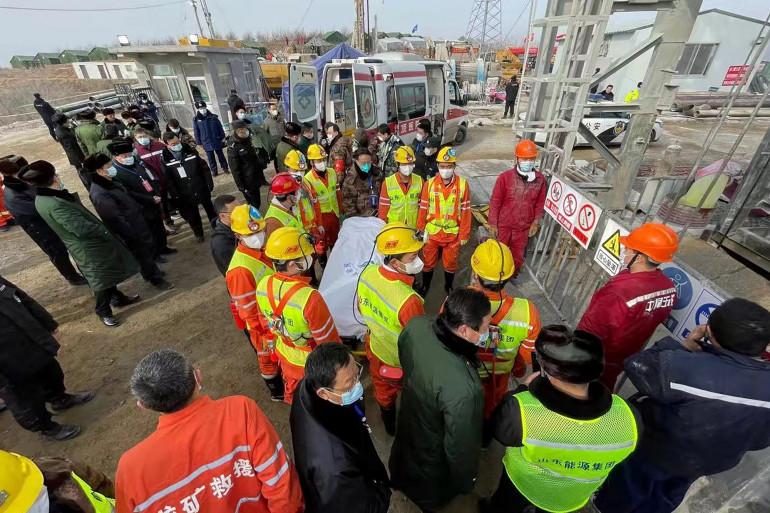 Les secouristes poursuivent leurs recherches après l'explosion d'une mine d'or à Qixia en Chine, le 24 janvier 2021.