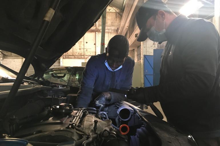 Alpha, un réfugié sénégalais, travaille avec Mohamed le chef d'atelier de Mobilhub