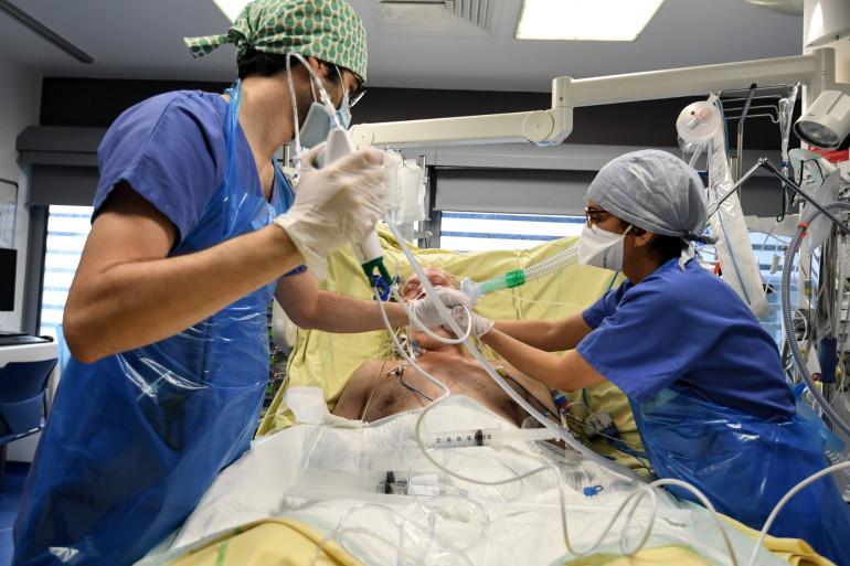 Les soignants prennent en charge un patient infecté par le coronavirus à l'hôpital Tenon à Paris, le 26 janvier 2021.
