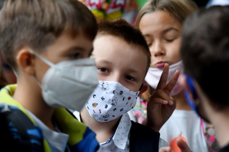 Des enfants portant un masque (illustration)