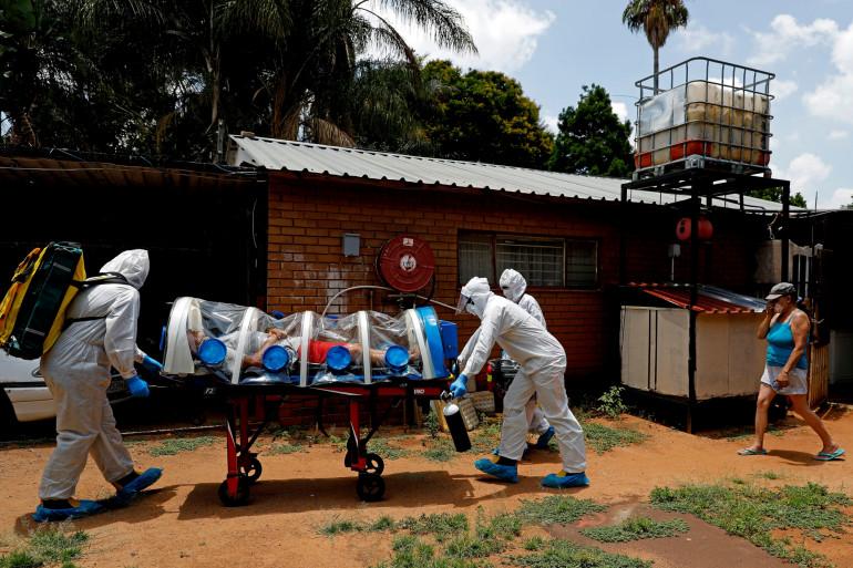 Une unité médiacle s'occupe d'un patient atteint de la Covid-19, à Pretoria, en Afrique du Sud