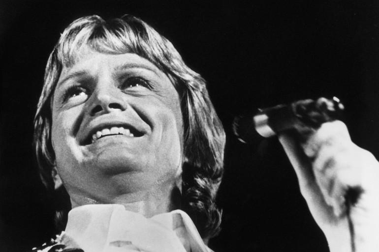 Claude François chante à un gala le 16 décembre en 1974