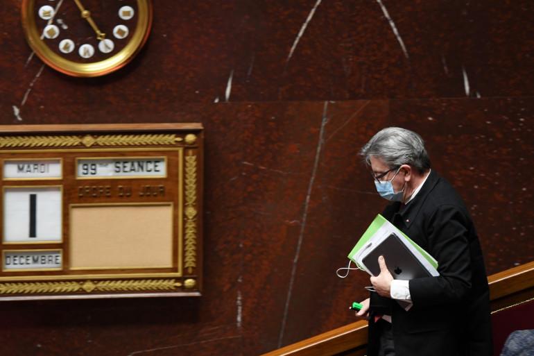 Jean-Luc Mélenchon (LFI) assiste à une séance de questions au gouvernement à l'Assemblée nationale à Paris, le 1er décembre 2020.