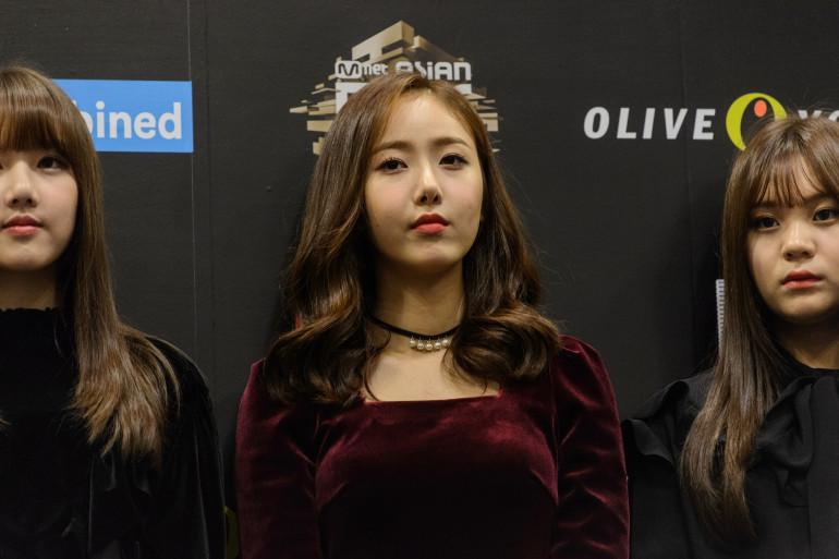 """Sowon et le groupe """"GFriend"""" lors d'une conférence de presse à Hong Kong, le 2 décembre 2016."""