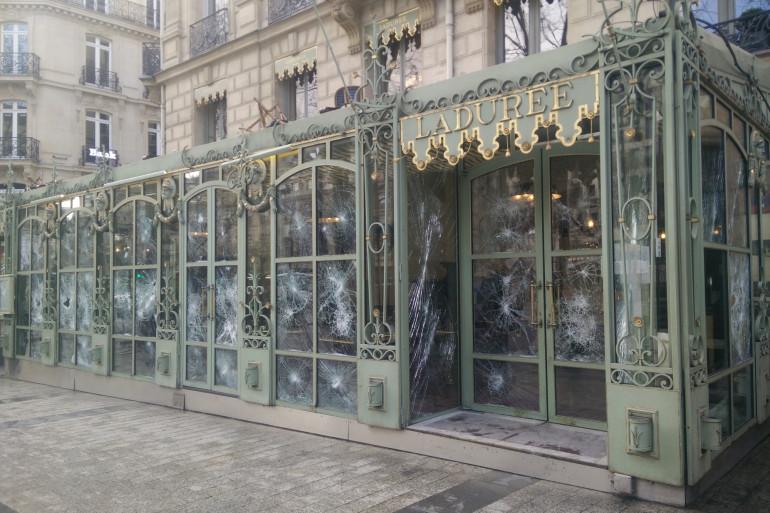 La boutique Ladurée des Champs-Elysées a subi des dégâts lors des manifestations des Gilets jaunes en mars 2019, à Paris.
