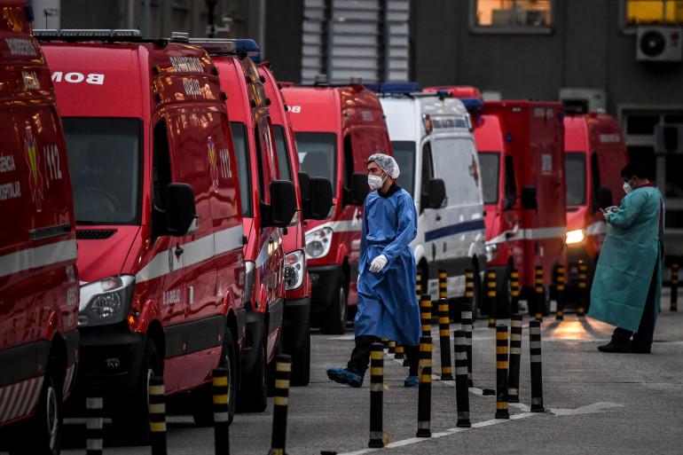 Des dizaines d'ambulances attendant devant les services d'urgence d'un hôpital de Lisbonne, le 28 janvier 2021