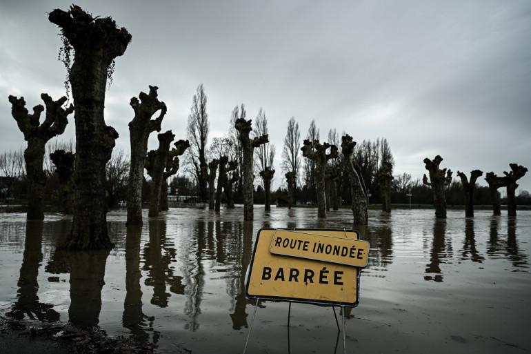 Une route inondée par la Garonne, près de Cadillac, en Nouvelle-Aquitaine, le 3 février 2021.
