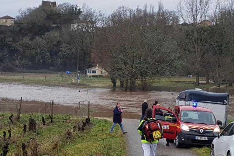 Le Samu du Lot a dû traverser une rivière pour accéder à la maison après les inondations qui ont touché la région.