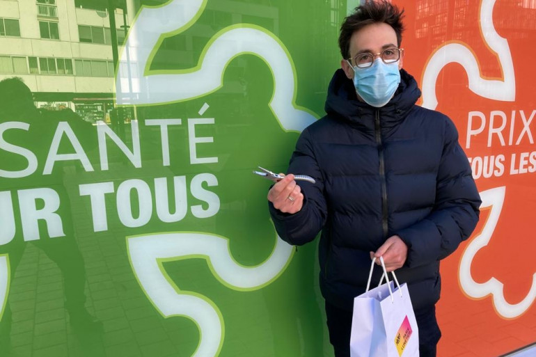 Nicolas Paris, opticien à Rennes s'occupe de ses clients dans la rue