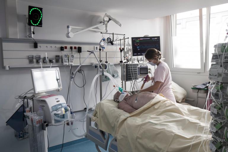 Une soignante auprès d'un patient (illustration)