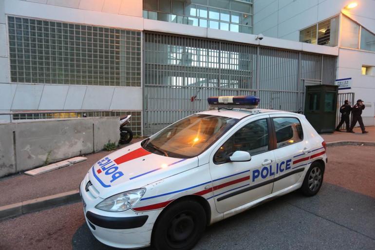 Une voiture de police garée devant le commissariat de Bastia, en Corse.