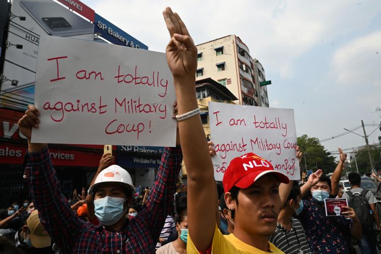 Les manifestants réclament la remise en liberté d'Aung San Suu Kyi.