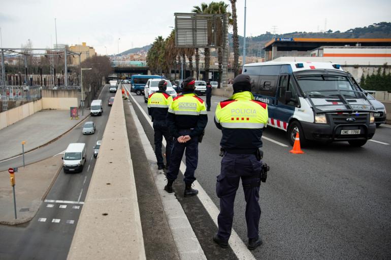 En Catalogne, la police veille au respect des règles sanitaires liées au coronavirus.