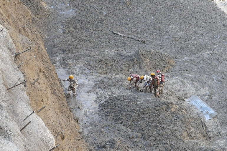Des policiers tibétains engagés dans les opérations de secours le 7/02/21