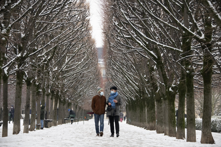 Des passants bravent le froid parisien, le 16 janvier 2021.