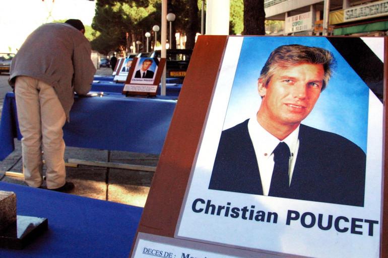 Un anonyme signe le livre de condoléances, le 02 février 2001 à La Grande Motte, avant les obsèques de Christian Poucet, président de la Confédération de défense des commerçants et des artisans européens (CDCAE), assassiné le 29 janvier dernier.