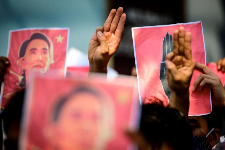 Des manifestants pro-démocratie, le 7 février 2021, à Bangkok, en Thaïlande, voisine de la Birmanie