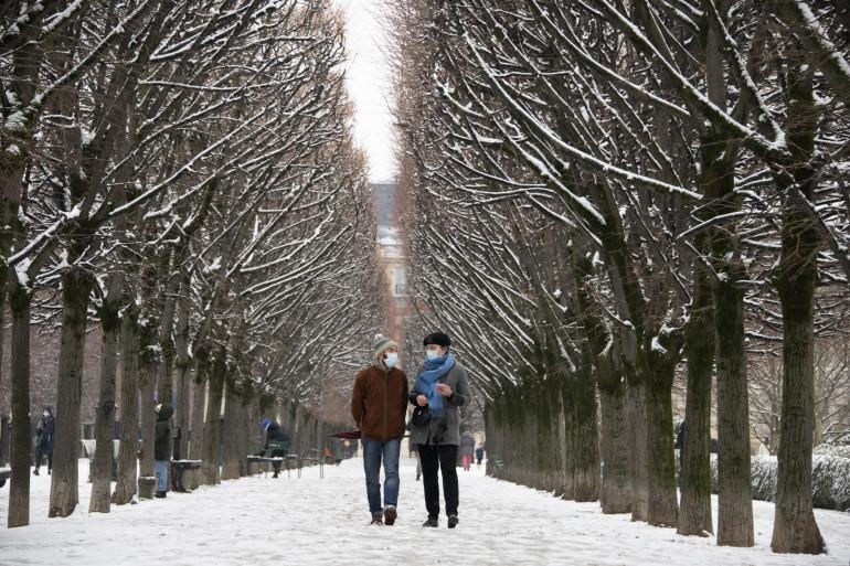 Deux personnes masquées à Paris, lors de la vague de froid le 10 février 2021.