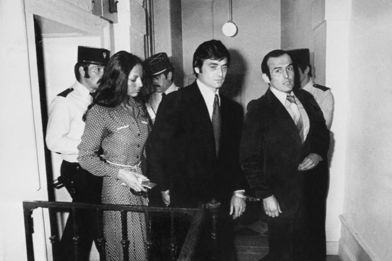"""Jean-Pierre der Mardirossian, Edmond Vidal (C) et son épouse Jeannette Vidal arrivent au Palais de justice de Lyon le 20 juin 1977 où ils comparaissent devant la cour d'Assises du Rhône lors du procès du """"gang des Lyonnais""""."""