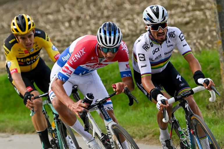 Julian Alaphilippe devant Mathieu van der Poel et Wout Van Aert sur le Tour des Flandres le 18 octobre 2020