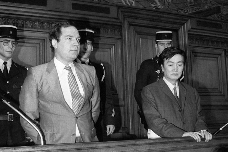 Le comptable Bernard Boursicot, partage le banc des accusés avec avec le co-accusé et ami chanteur d'opéra chinois Shi Pei Pu 05 mai 1986 alors que leur procès pour espionnage s'ouvre au Palais de Justice de Paris.