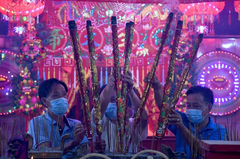 Des fidèles offrant des bâtons d'encens dans un temple pour marquer le début du Nouvel An lunaire à Ta Khmao, dans la province de Kandal, le 12 février 2021.
