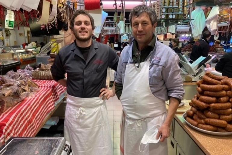 Gérard Garcia et son fils au marché Victor-Hugo à Toulouse.